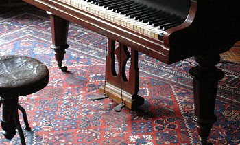 ペダルが2本の古いピアノの写真