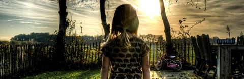 夕日に佇む少女の写真