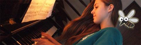 ピアノを練習する女性の写真