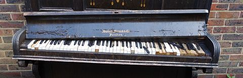壊れたピアノの写真