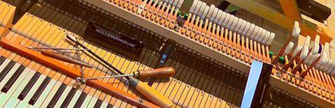 調律中のピアノの写真