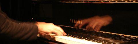 ピアノを激しく弾いている写真