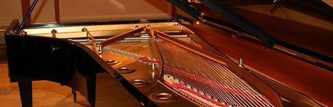 立派なピアノの写真