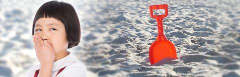 砂浜のスコップの写真