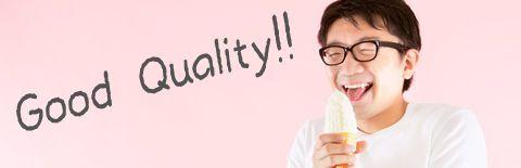 満面の笑みでソフトクリームを食べる男性の写真