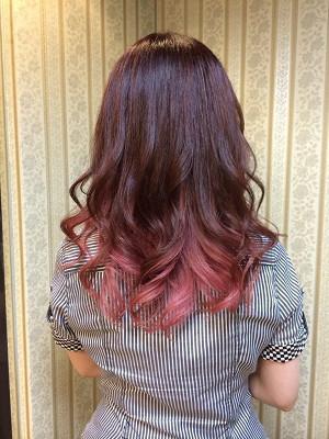 ピンクグラデーションカラー(^,^) 鮮やかで明るいお色ですと、より可愛らしく華やかです♫ ランダムゆる巻きで、ガーリーに仕上げました☆