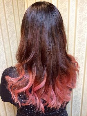 ピンクパープルグラデーションカラー♫ 美しい地毛は活かし、ピンクからパープルに流れるように。 サイドに入れた編み込みも、顔周りにもカラーが見え華やかな印象に☆