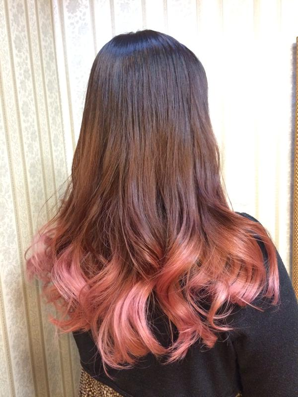 ナチュラルブラウンからアンティーク風ピンクベージュ系グラデーションカラー☆ 可愛らしく、ふんわりと優しい色合いで気持ちも華やぎます。 1〜2回ブリーチ。