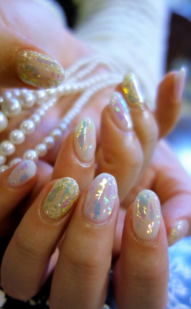 宝石ネイル☆ 暗闇で美しい青と黄緑色に光るジェルを選んで頂きました☆ 優しい乳白色カラーにオーロラフィルムがキラキラと輝きます♪