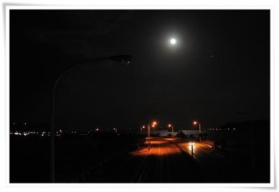 海中道路の赤い橋の上に満月