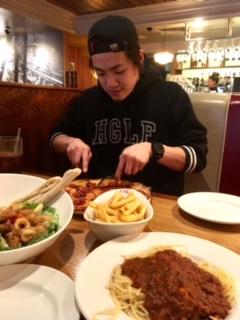 弟とピザとパスタ。
