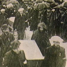 La concession de Courrières  1906 −クリエール炭鉱大惨事葬儀 死者は最終的に1099名であるが、搬出するには幾日もかかった。