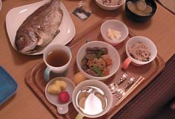 鯛、筑前煮、蛤吸物、赤飯、漬物、苺&パイナップル、ほうじ茶
