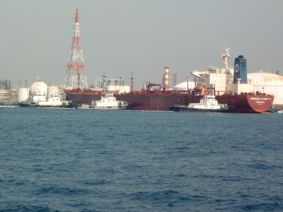 タンカー船タグに押される