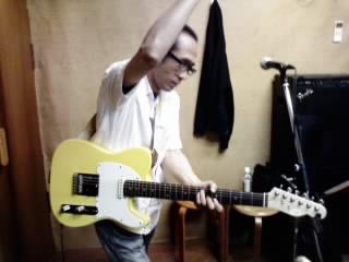 やっぱギターはこうやって弾くもんだ。