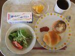 22朝パン・苺ジャム・野菜サラダ・オレンジ・牛乳