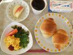 26朝掻き卵・バタロール・林檎・牛乳