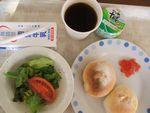 27朝フランスパン・苺ジャム・サラダ・ヨーグルト・牛乳