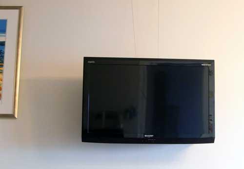 壁つり型TV1