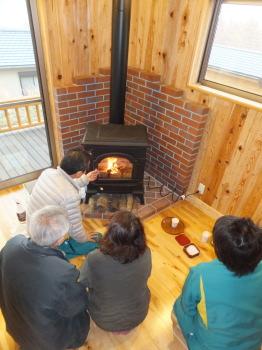 マキストーブの火入れ式。薪ストーブならではのぬくもりが広がっていきました。|南阿蘇の自然と暮らす永久の住まい木の家