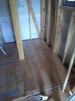 大分県宇佐市の木造りの家|1階・2階のフローリング完了