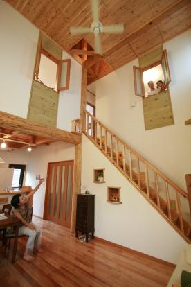 福岡県糟屋町のA 様邸 ご家族とリビングで、真ん中に建っているのが、大黒柱|福岡の木の家