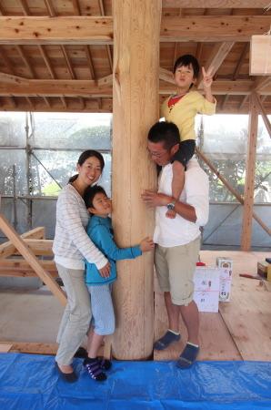 我が家の大黒柱にハグ!!-ファミリー編-|福岡県小郡市の木造注文住宅