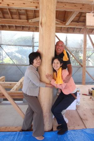 大黒柱にハグ!!-ご夫婦のご家族編-|福岡県小郡市の木造注文住宅