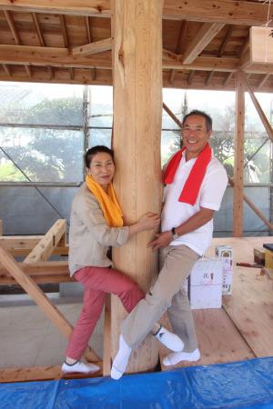 大黒柱にハグ!!-ご夫婦のご家族編-|福岡県小郡市の木造注文住宅|木造りの家フォーユー