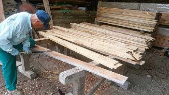 杉板の節埋め!