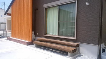 リビングの引違い戸に階段式デッキを!|家事らく動線とサンルームのある住まい-大分県日田市-