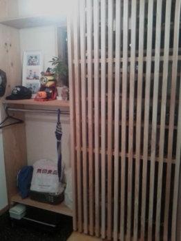 玄関収納の格子戸|小上がり和室と ロフト収納のある住まい-福岡県小郡市-