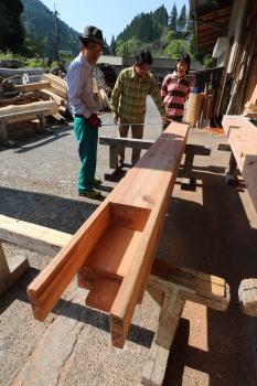 構造材と記念撮影|大分県日田市の木造りの家
