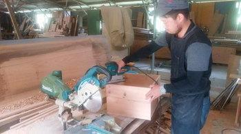 食器棚製作中!|玄関・浴室を共有 限られた敷地に実現した二世帯住宅-福岡県太宰府市-