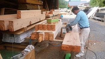 木材の研磨作業|こんな家に住みたい!夢をかなえた本物の自然素材の家-福岡県糟屋郡-