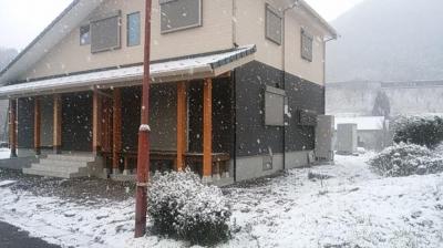 初雪がふる現場にて|〜ふるさとへ帰る〜大自然と共に暮らす 薪ストーブのある住まい-大分県日田市-