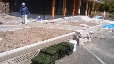 植栽工事中|大分県日田市の木造りの家