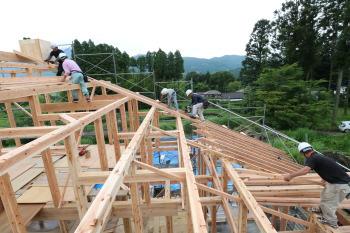屋根垂木を納めています。|ついに夢実現!由布岳を望む終の棲家-大分県由布市-