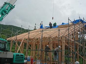 屋根垂木後、雨に備えてブルーシートを。|ついに夢実現!由布岳を望む終の棲家-大分県由布市-