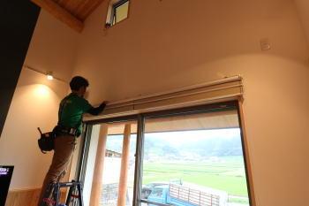 ブラインド工事|地震・台風に強い!自然丸太の強度を活かした柱と梁の住まい-熊本県菊池市-