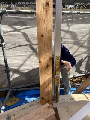 一階の柱の縦寸法を確認し、柱の立ちを合わせています! スタイリッシュで快適な片屋根の住まい-福岡市南区