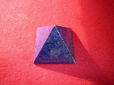 ラピスラズリのピラミッドです。