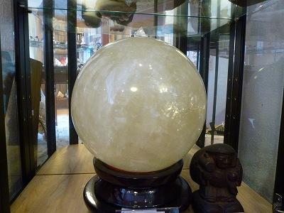 店舗の巨大カルサイト球です。