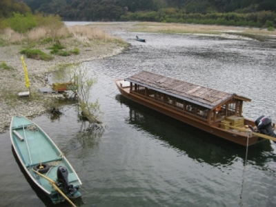 佐田の沈下橋左岸橋詰に屋形船