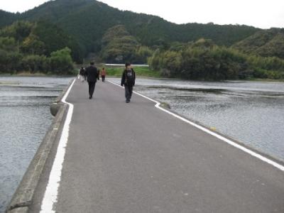 佐田の沈下橋上