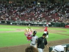 花束を持つ藤川球児投手