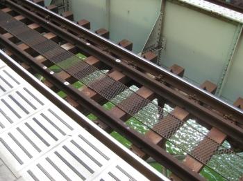 線路の下は川