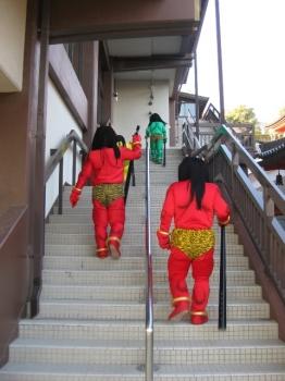 会館の階段を上がる鬼さん