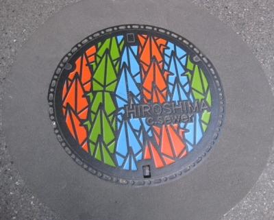 千羽鶴デザインのマンホール蓋