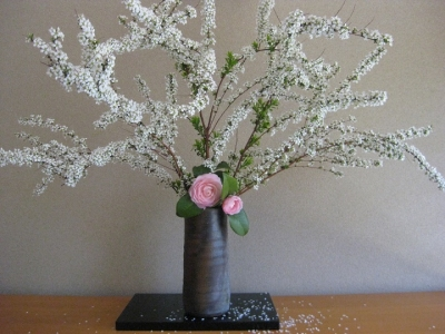 備前焼の花器に生けた雪柳と乙女椿
